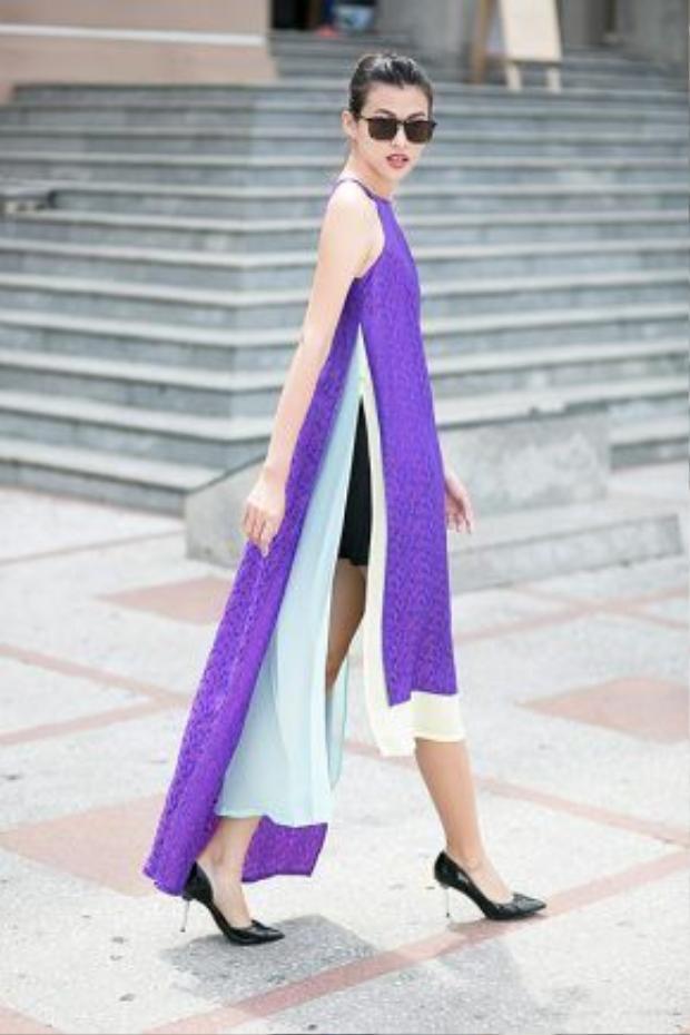 Cùng với quần sooc và áo dài yếm tà dài chấm gót cho nét nữ tính và cá tính hòa điệu.