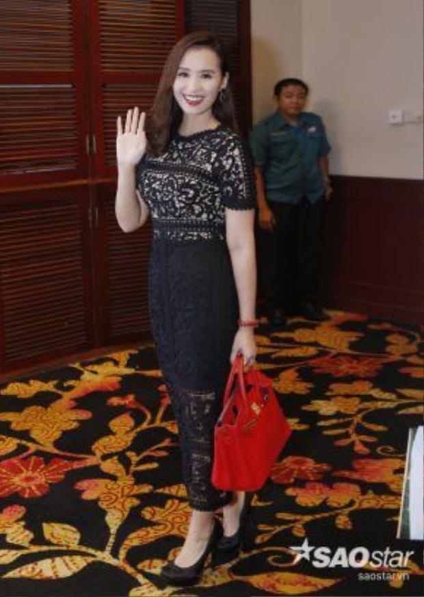 Lã Thanh Huyền xuất hiện gợi cảm với váy ren đen.
