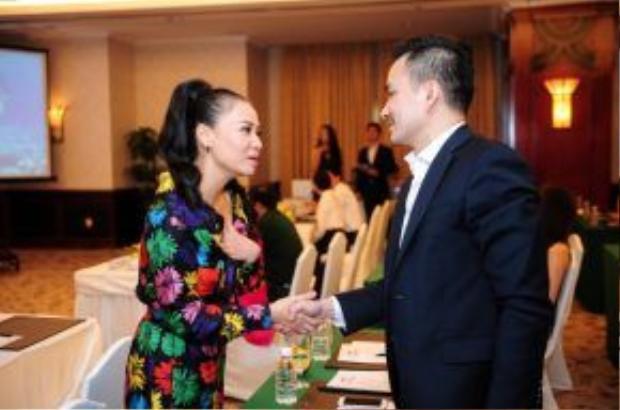 Ca sĩ Thu Minh gặp lại một người bạn của mình là diễn viên Chi Bảo. Cả hai vui vẻ trò chuyện, trao đổi về đêm nhạc hội diễn ra trong thời gian tới cũng như các vấn đề liên quan đến môi trường biển.