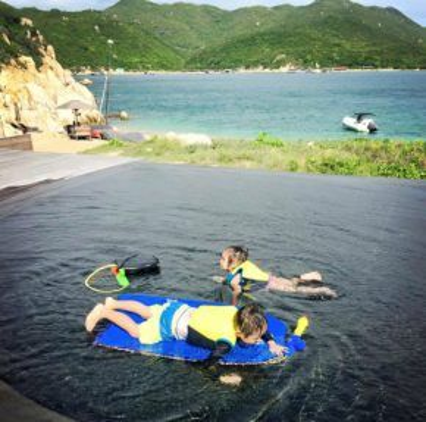 Hai bé lớn của Lý Hải - Minh Hà bơi lội trong bể bơi của resort.