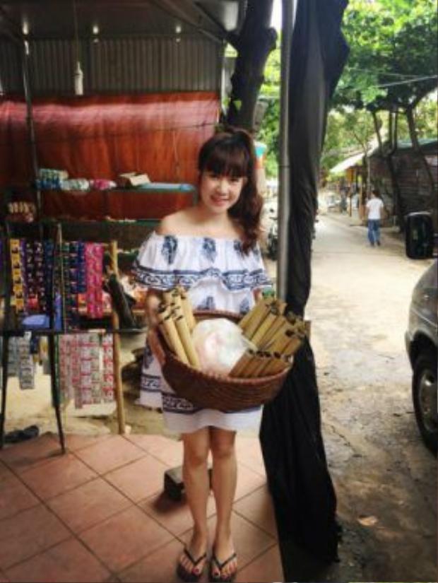 Minh Hà tạo dáng cùng những ống cơm lam đặc trưng ở Mai Châu.