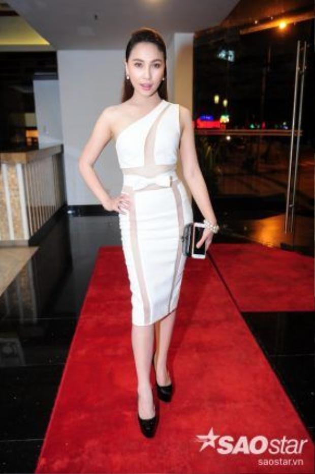 Quỳnh Thư gợi cảm với bộ váy trắng bó sát.