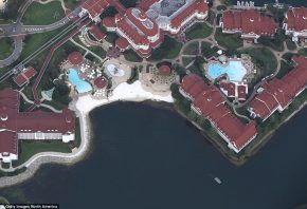 Những hồ nước nhân tạo nuôi cá sấu trở thành mối nguy trong các công viên và khu giải trí