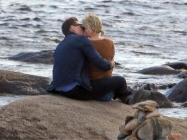 Hình ảnh sốc nhất sáng 16/6: Taylor Swift khóa môi Tom Hiddleston.