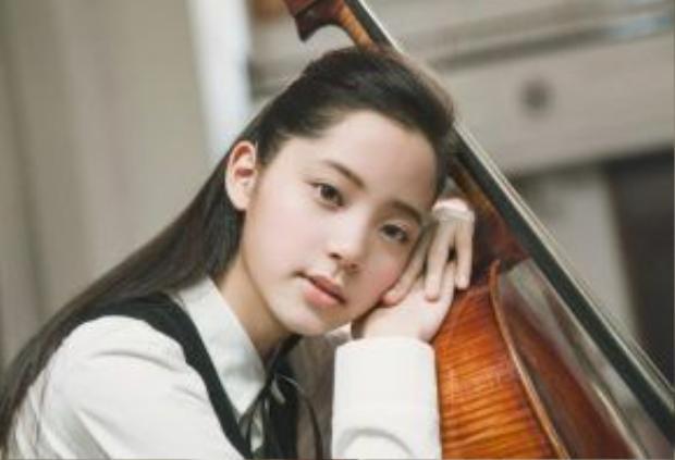1. Âu Dương Na Na: Người đẹp 16 tuổi này xuất thân là nghệ sĩ chơi đàn cello và sau đó nổi tiếng toàn châu Á vào năm 2014 với chương trình Day Day Up ăn khách của đài truyền hình Hồ Nam. Cô từng gây tiếng vang lớn với bộ phim điện ảnh Chuyện tình Bắc Kinh, đóng cùng Lưu Hạo Nhiên (nam diễn viên đang nổi tiếng với drama thanh xuân Điều tuyệt vời nhất của chúng ta).