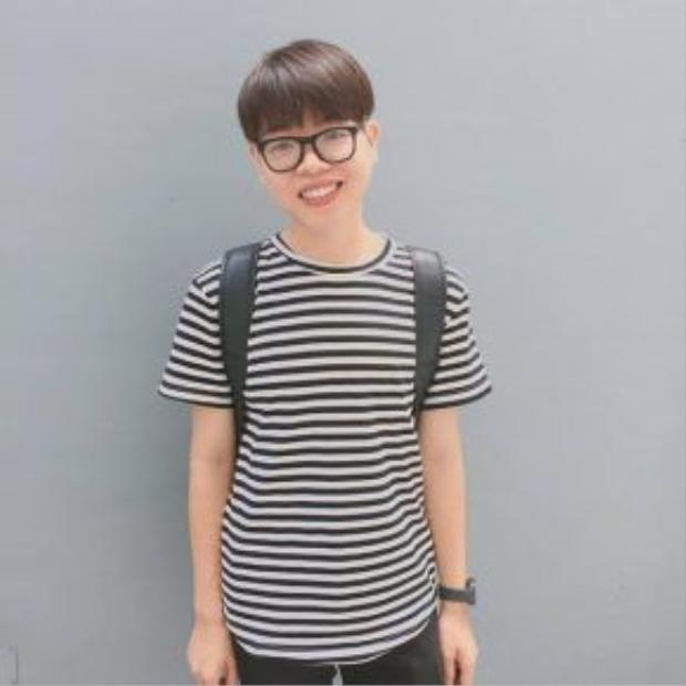 Có lẽ không hẹn trước nhưng Đức Phúc cũng chọn một chiếc áo họa tiết giống Quang Anh, anh chàng đáng yêu hơn với mắt kính nobita. Style đơn giản cho một ngày xuống phố đầy năng lượng.