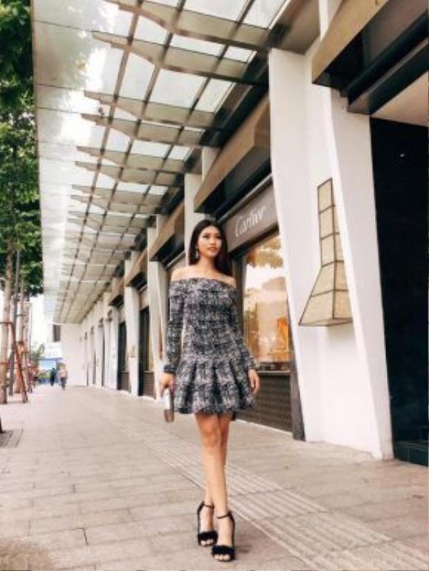 Chế Nguyễn Quỳnh Châu điệu đà tung tăng trên phố. Đôi giày màu đen đính lông vũ chính là điểm nhấn cho cả set đồ. Bờ vai quyến rũ được khoe trọn trong thiết kế váy có phần vai trễ.