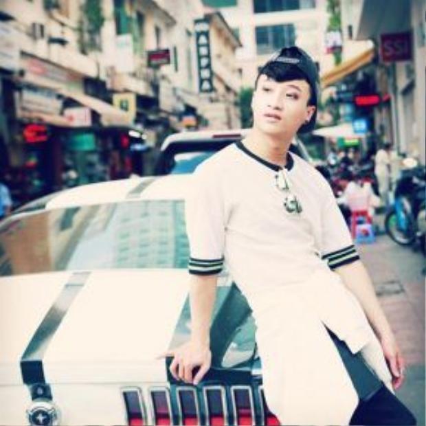 Tô Lâm mặc đẹp diễn sâu bên xế hộp, trend backgroup chụp hình cùng xe đang là một trong những mốt thịnh hành nhất cho thời trang đường phố.