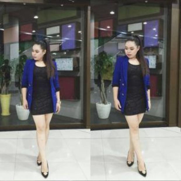 Thái Bảo Trâm khoe body với váy đen ôm sát, cô nhanh tay ứng dụng áo khoác xanh coban - màu hot nhất trong mùa hè năm nay được lòng rất nhiều tín đồ thời trang Việt.