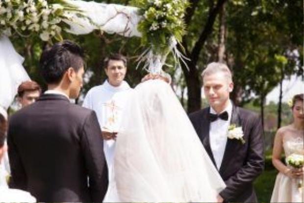 Những hình ảnh xúc động của người cha trong lễ cưới cô con gái của mình.