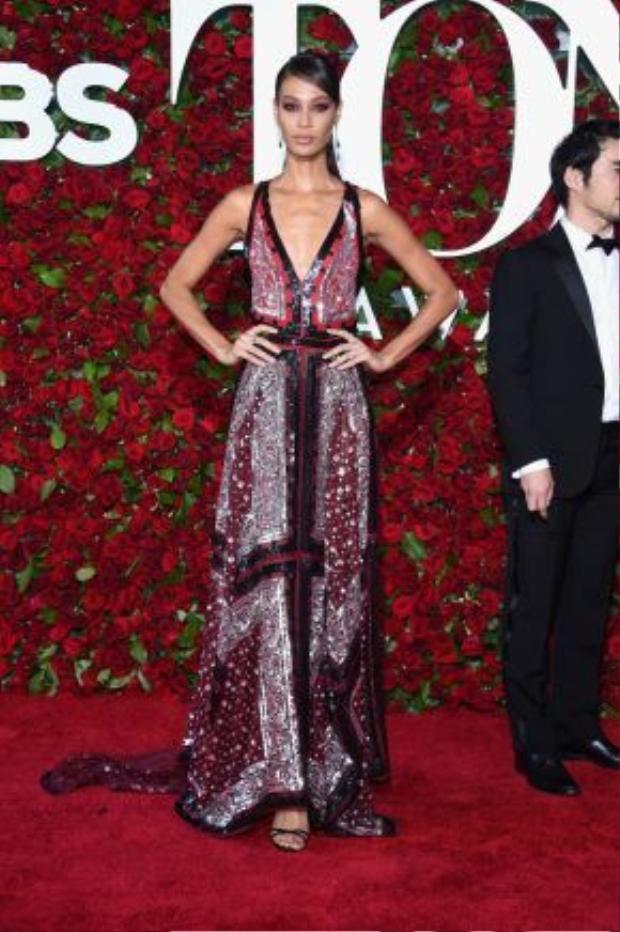 Joan Smalls mang hình ảnh trẻ trung và quyền lực đến thảm đỏ trong một mẫu thiết kế đính sequin của Altuzarra và trang sức từ thương hiệu Monique Pean.