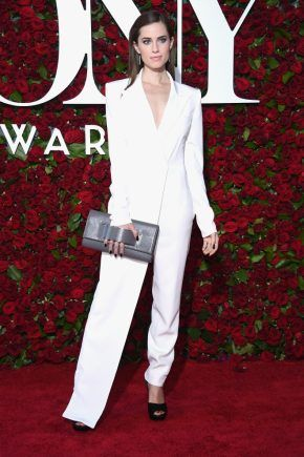 Allisan Williams mạnh mẽ và gợi cảm trong bộ suit phá cách đến từ thương hiệu DKNY.