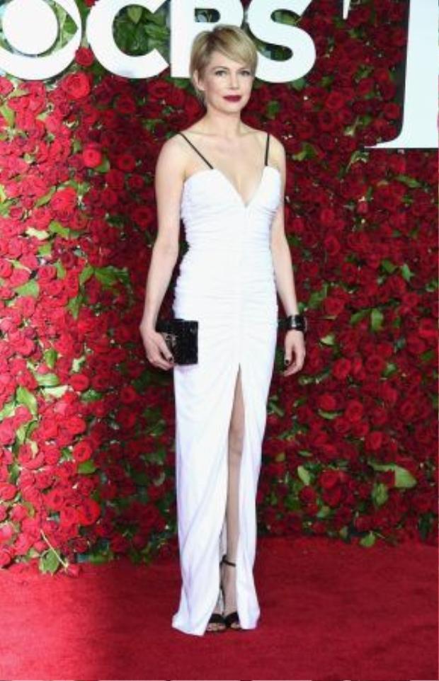 Michelle Williams nóng bỏng với một thiết kế xẻ ngưc sâu đến từ thương hiệu Louis Vuitton và trang sức Verdura.