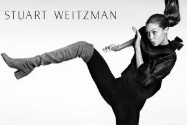Trong bộ sưu tập dành cho mùa Thu Đông 2016, Gigi Hadid trông vô cùng năng động và hiện đại. Không phụ sự mong đợi, người mẫu trẻ đình đám nhất của sàn catwalk thế giới đã mang đến cho các sản phẩm của Stuart Weitzman một không khí đầy sức sống.