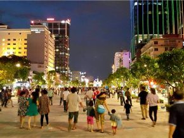 Phố đi bộ Nguyễn Huệ khi lên đèn.