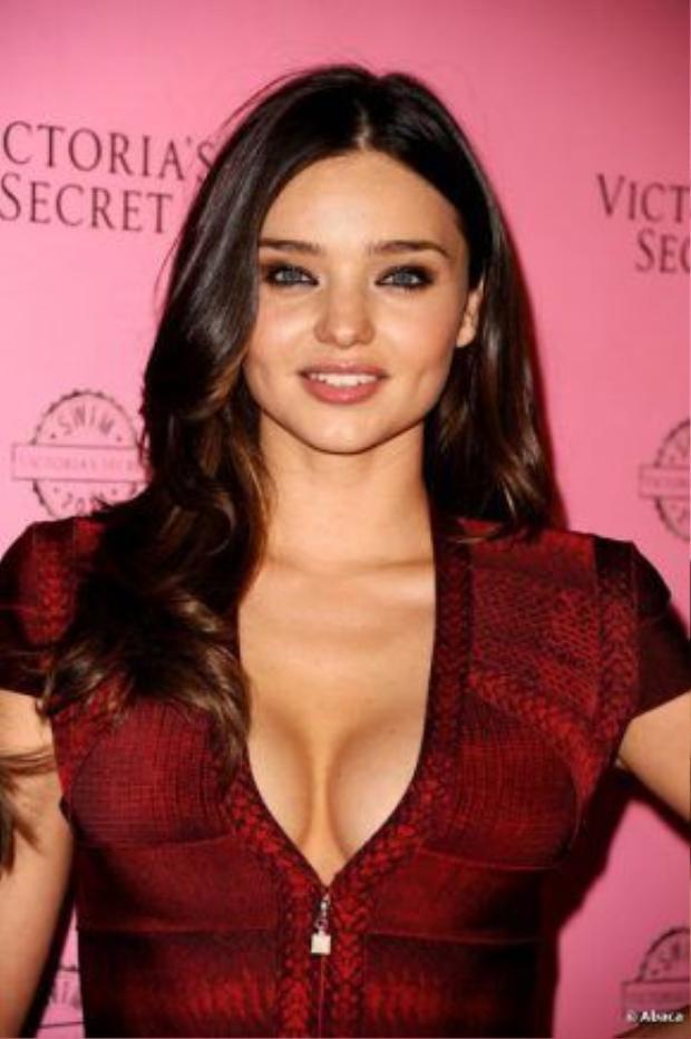 Hay siêu mẫu sở hữu số đo 3 vòng chuẩn như Miranda kerr cũng thường xuyên nhờ cậy trang điểm khi phải mặc những trang phục hở ngực