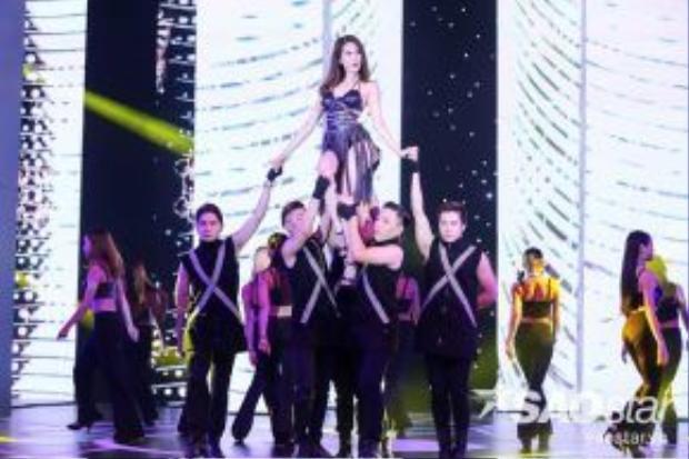 Ngọc Trinh xuất hiện trên sân khấu cực sexy.