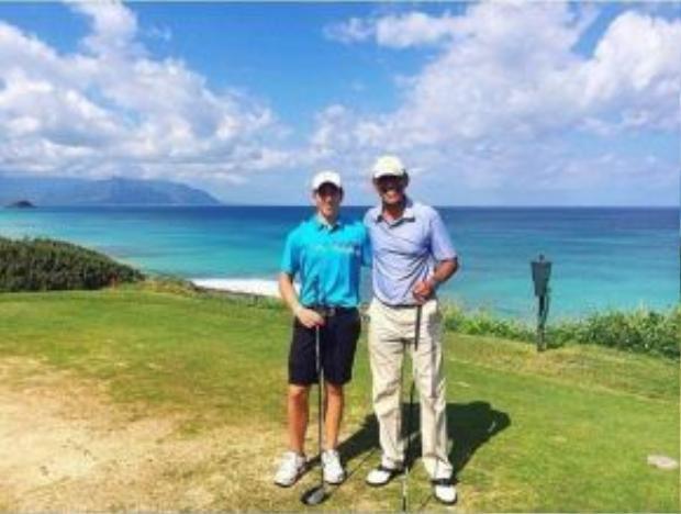 Theo Daily Mail, con trai thủ tướng New Zealand từng vinh dự được chơi golf cùng Tổng thống Mỹ - Barack Obama, đi săn gà gô cùng Hoàng tử William và ở chung khách sạn với Nữ hoàng Anh tại Balmoral.