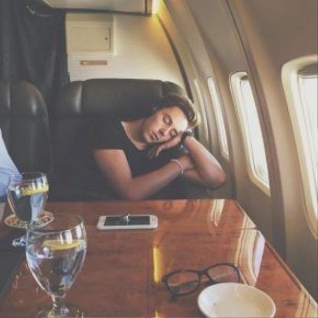 Bức ảnh chụp trộm Max Key ngủ trên chuyên cơ Air Force One của tổng thống Mỹ thu hút 2.000 like (thích).