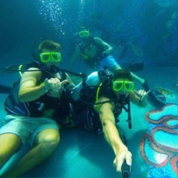 Thiếu gia New Zealand cập nhật nhiều hình ảnh về những buổi vui chơi cùng bạn bè, lướt sóng, dự tiệc bên hồ bơi ngoài trời, lái máy bay trực thăng…