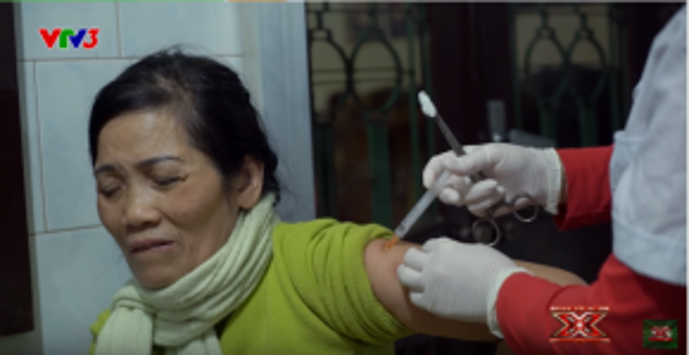 Hình ảnh mẹ Tuấn Phương phải qua những cơn đau từng ngày.