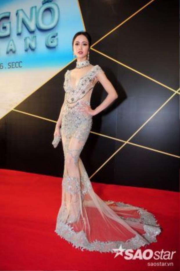 Nữ diễn viên nhận được nhiều lời khen về vóc dáng nuột nà, gương mặt ngày càng xinh đẹp.