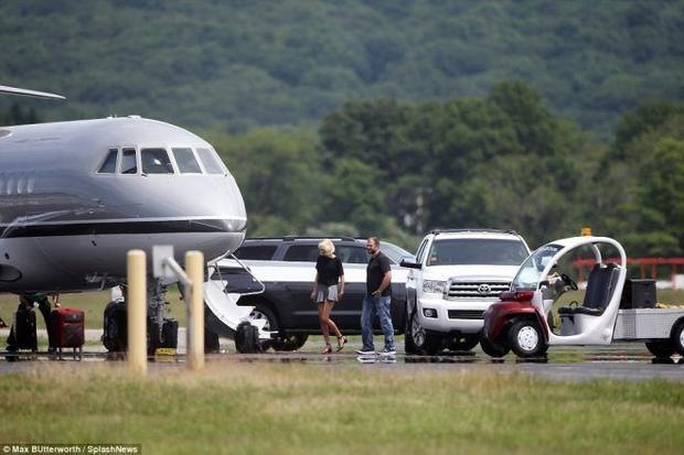 Mặc kệ scandal, Taylor Swift lại sánh bước bên Tom Hiddleston tại sân bay