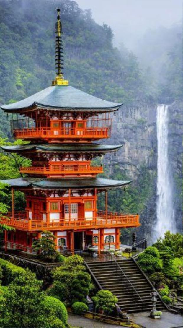 Sự kết hợp giữa công trình tôn giáo và thiên nhiên đem đến một khung cảnh đẹp đến nghẹt thở là những gì du khách thường thấy tại Nhật Bản.