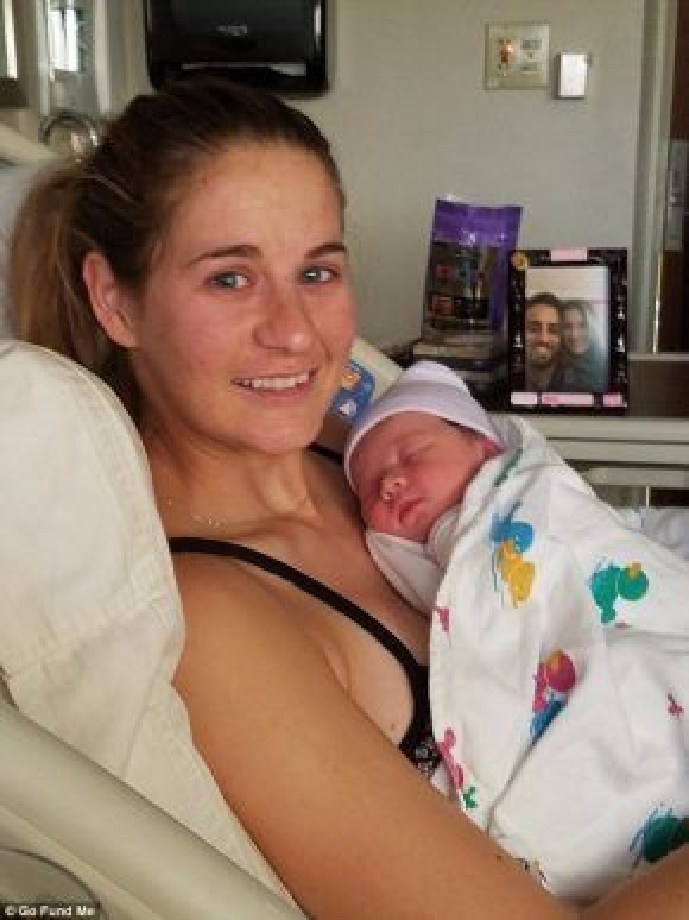 Cô bé Aubrey và mẹ (Ảnh: gofundme)