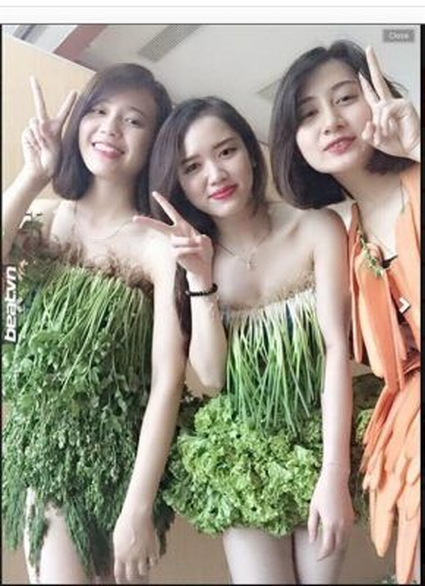 """Ba cô gái với trang phục """"rau sạch"""" gây chú ý. (Ảnh: Internet)"""