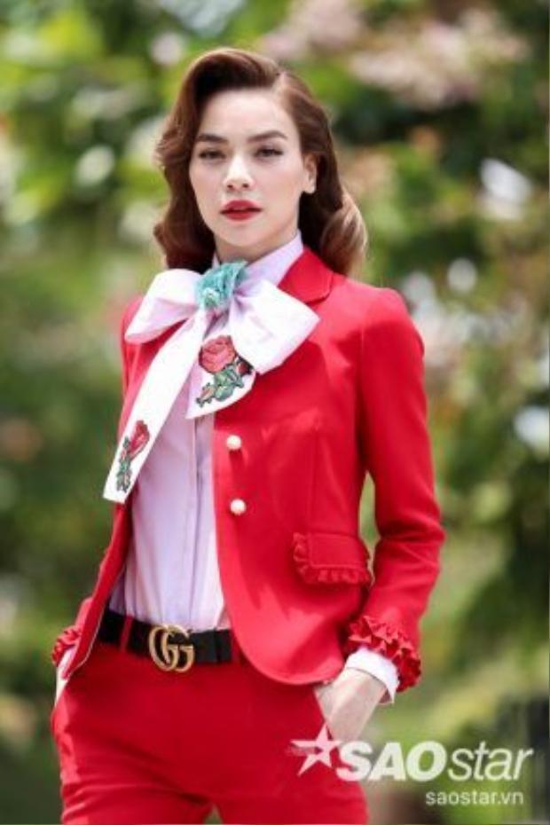 Được biết thiết kế nằm trong dòng sản phẩm ready to wear. Hiện tại, giá bán của những sản phẩm bao gồm: áo vest 2.300 USD (khoảng 53 triệu), giày 1.100 USD (khoảng 25 triệu), áo sơ mi 1.100 USD (khoảng 25 triệu).