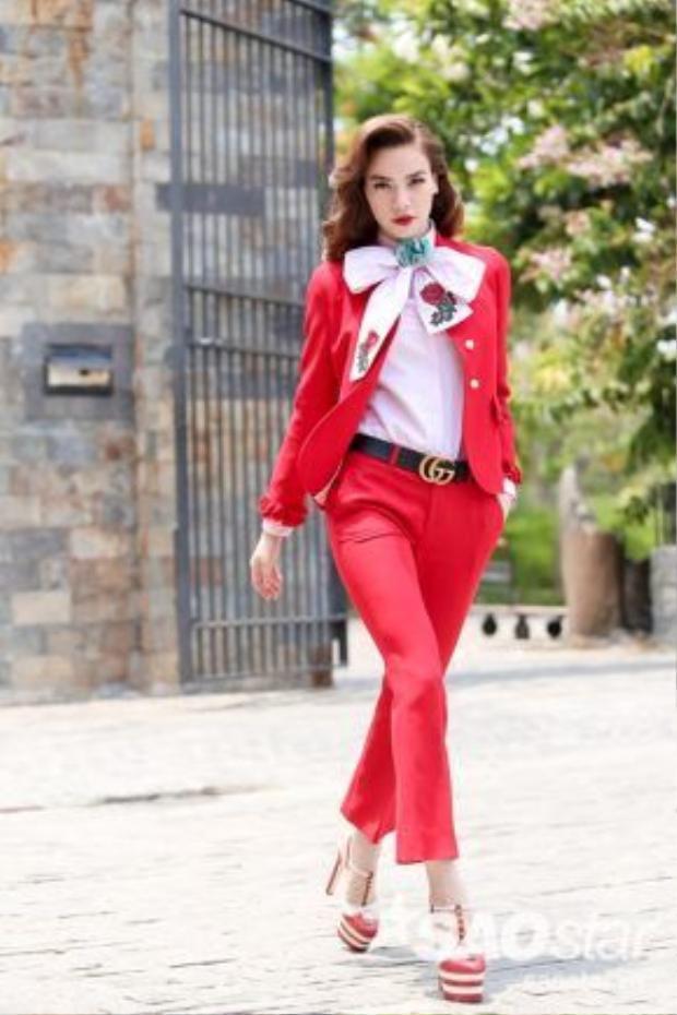 Đây là cây hiệu Gucci có tổng giá hơn 100 triệu mà Hồ Ngọc Hà đầu tư ngay tập 1. Trang phục màu đỏ khiến Nữ hoàng giải trí nổi bật và quyền lực hơn.