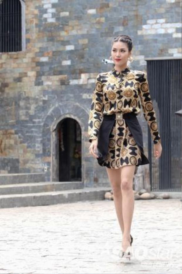 Lan Khuê cá tính với họa tiết lạ mắt cùng set đồ của Versace và giày Louboutin.