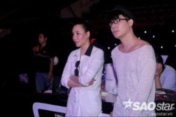 Hồ Quỳnh Hương và Nathan Lee chăm chú nghe Minh Như trình diễn trên sân khấu.