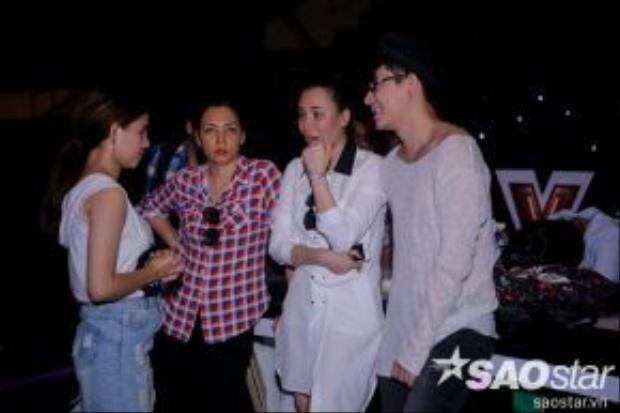 Sau đó, mọi người tiếp tục hội ý với nhau để giúp Minh Như tỏa sáng trên sân khấu.