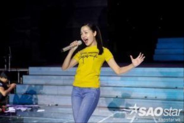 Sau đó, cô tiếp tục lắng nghe giọng ca Thanh Thảo đang trình diễn trên sân khấu.
