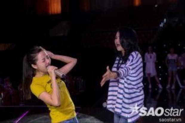 Hai cô trò cùng nhau phiêu hết mình với ca khúc dự thi sắp tới.