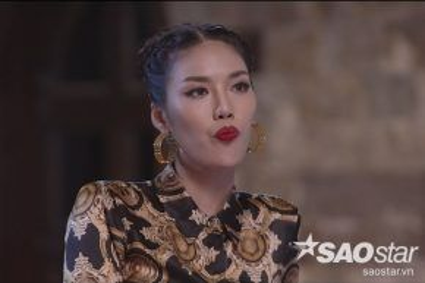 """Nét mặt """"không vui"""" của Lan Khuê khi Phạm Hương cũng lên thị thạm cho thí sinh mà cô đã hướng dẫn trước đó."""