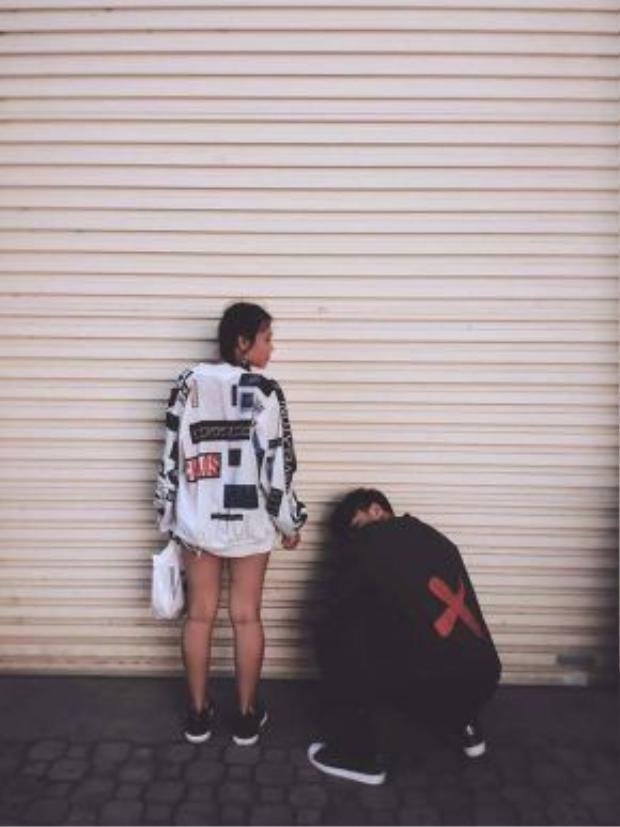 Cặp đôi này sẽ khiến 'ai cũng phải ngước nhìn' khi cùng nhau dạo phố, chỉ cần diện ngay bomber jacket đối lập màu sắc kèm với những logo thêu trên áo thì chắc hẳn rằng khỏi bàn cãi vì độ chất chơi này rồi