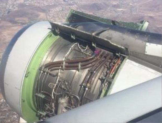 Hình ảnh của động cơ bị lộ ra toàn bộ sau khi nắp động cơ bị rời và rơi mất chưa rõ nguyên nhân.