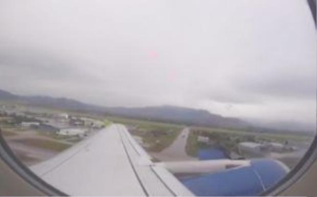 Hình ảnh nhìn từ bên trong máy bay.