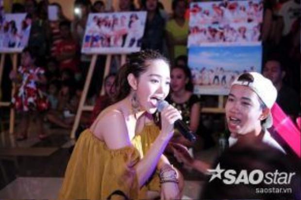 Cô thân thiện xuống sân khấu giao lưu và hát cùng fan.