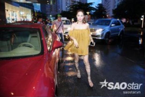 Mặc trời mưa, Minh Hằng tự lái xe đến buổi họp fan.