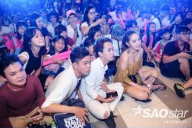 Nữ ca sĩ không ngần ngại ngồi bẹp xuống đất cùng người hâm mộ trong lúc xem một số clip chúc mừng sinh nhật.