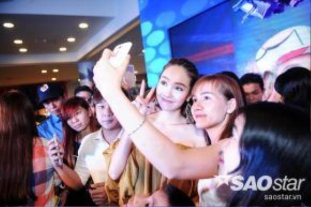 Trước khi ra về, Minh Hằng còn nán lại chụp ảnh lưu niệm với các fan.