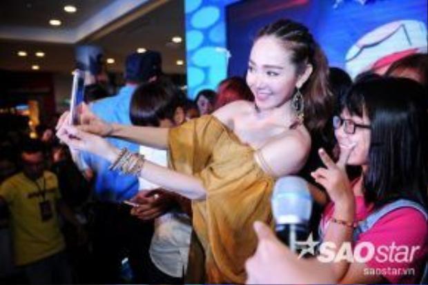 """Sự gẫn gũi, thân thiện của Minh Hằng trong buổi fan meeting một lần nữa """"đốn tim"""" người hâm mộ. Với nữ ca sĩ, giữa cô và fan vốn không có khoảng cách bởi tất cả đều xem nhau là một gia đình."""