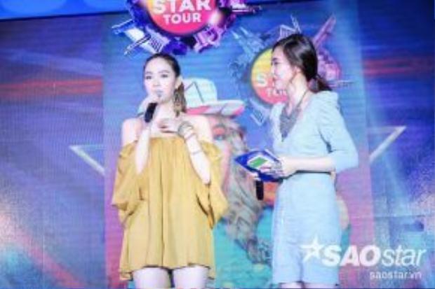 Nữ ca sĩ gửi lời chào đến người hâm mộ và chia sẻ cảm xúc lúc buổi fan meeting chính thức bắt đầu.