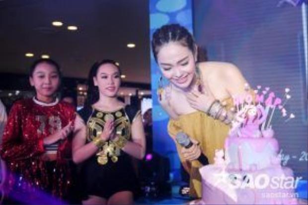 """Minh Hằng không khỏi bất ngờ lẫn cảm động khi fanclub tặng mình chiếc bánh kem hình con heo và ở phần trên có chữ """"Heo Mập"""" - cũng là nickname dễ thương của cô."""
