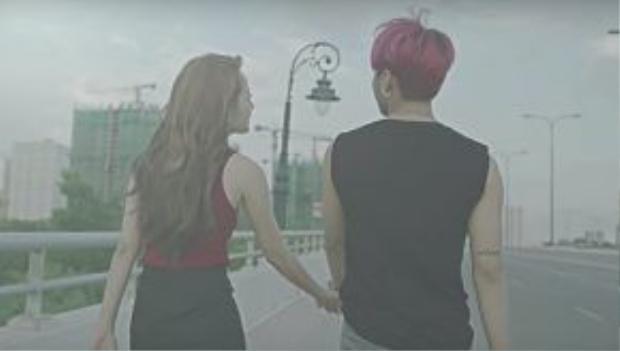 Đôi tình nhân tay trong tay giữa khung cảnh lãng mạn.