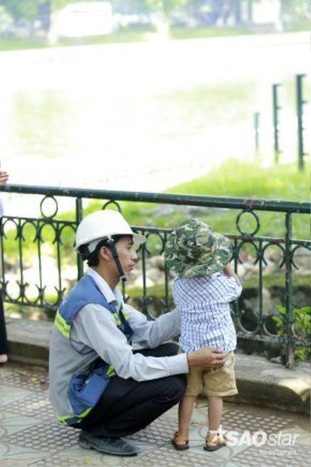 Bố vẫn như thế, hiền từ và ấm áp. Cho dù ngoài kia bao khó khăn vất vả, bên cạnh con bố luôn nở nụ cười. Yêu con bằng tất cả những gì bố có, con biết rằng thứ bố dành cho con là cả cuộc đời bố.